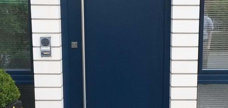 glattes Türblatt Meranti blau lackiert